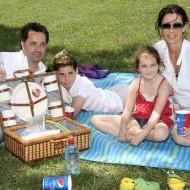Martin Dejdar s rodinou a KFC piknikovým vybavením